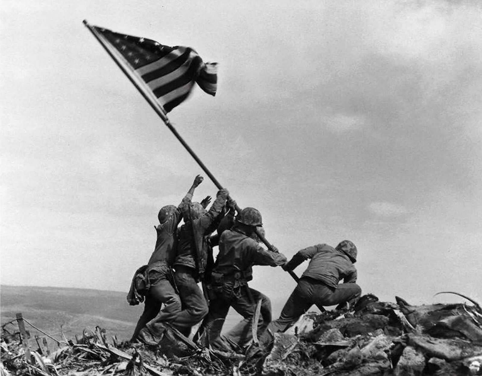 Alzando la bandera en Iwo Jima, 1945. Fotografía de Joe Rosenthal