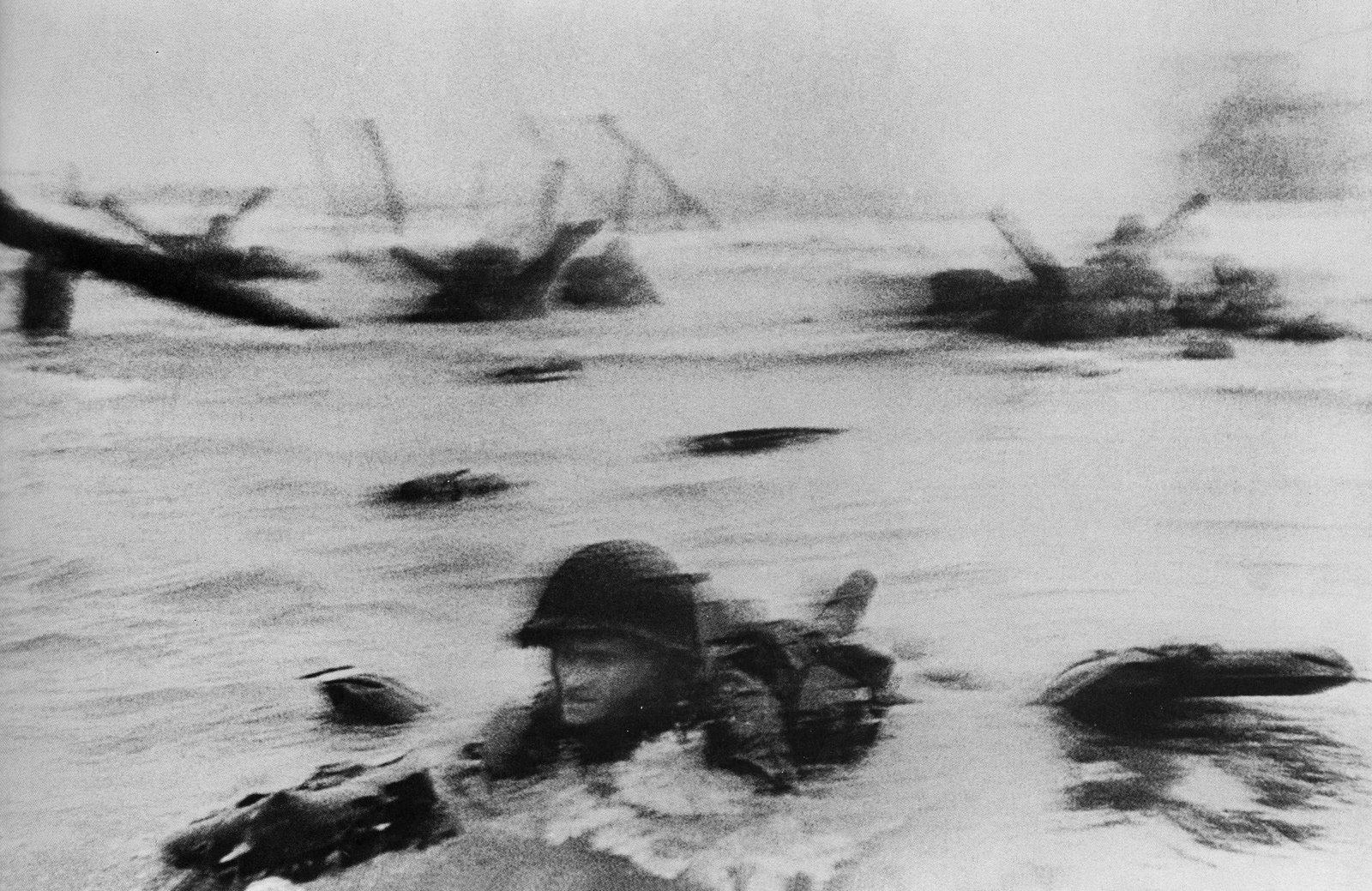 Omaha Beach, Normandía, Francia, 1944. Fotografía de Robert Capa