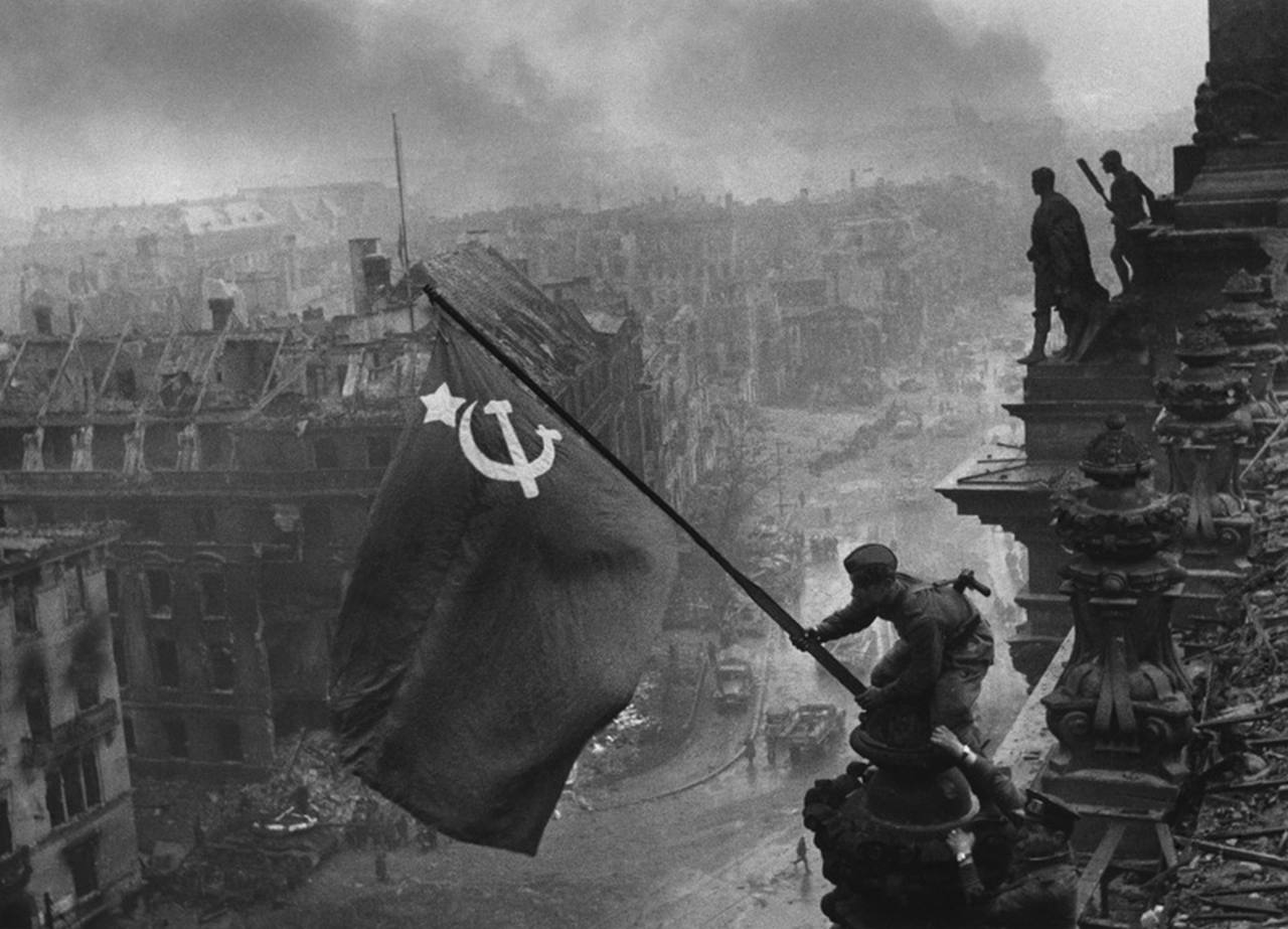Bandera Sovietica en el Reichstag, 1945. Fotografía de Yevgeny Khaldei