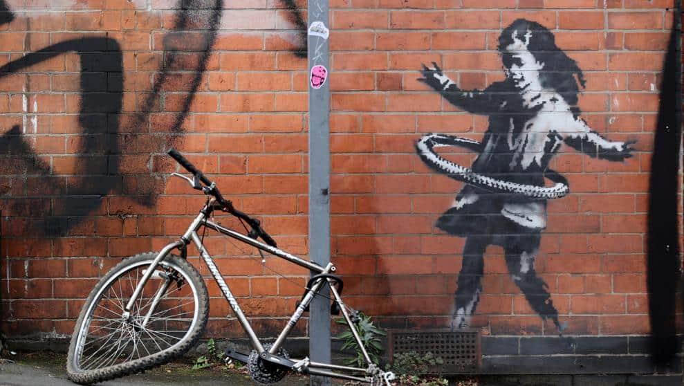 banksy - niña con hula hop rueda de bicicleta