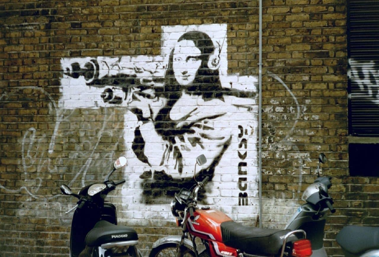 obra de banksy con la mona lisa y un lazacohetes
