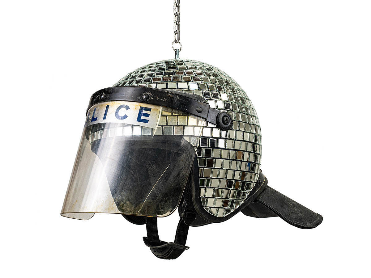 Casco de policía en forma de bola de discoteca de banksy