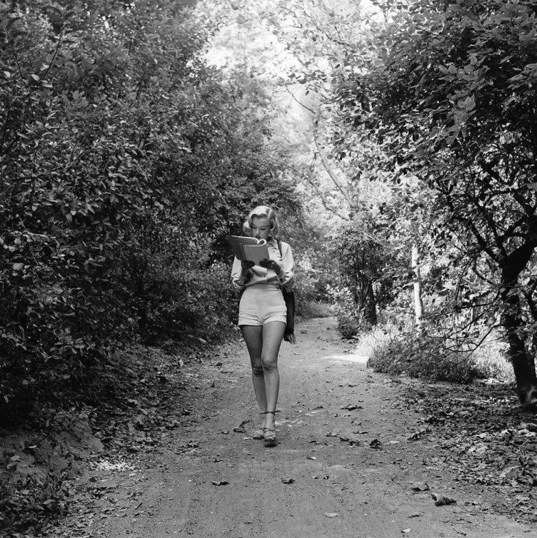 Marilyn monroe en el bosque leyendo