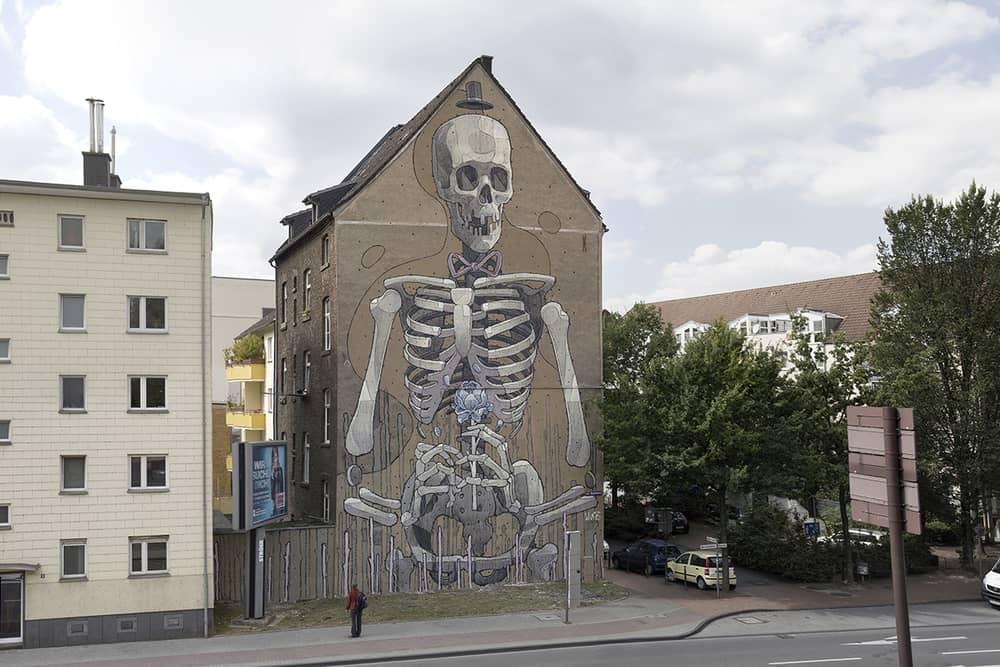 mural graffito de aryz calavera