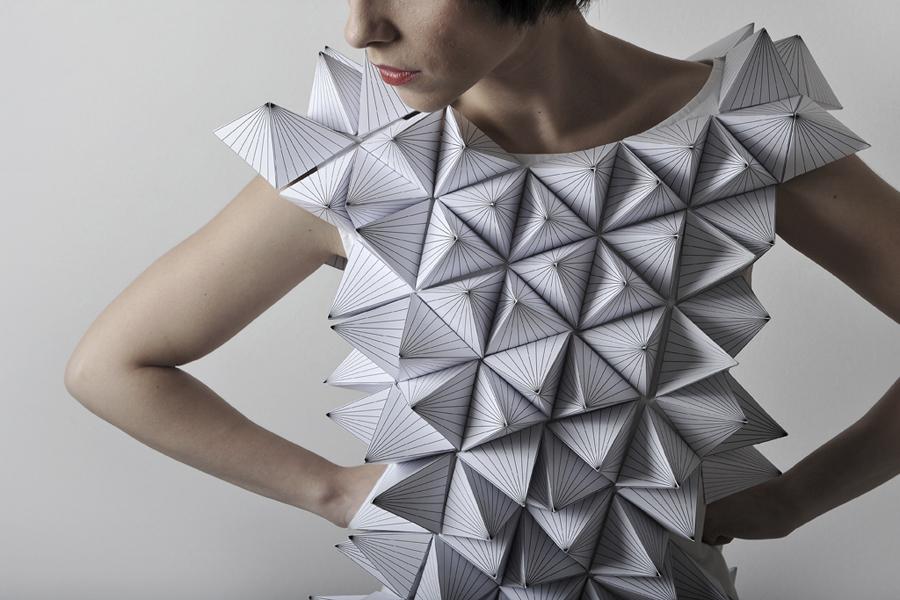 vestido hecho con piramides