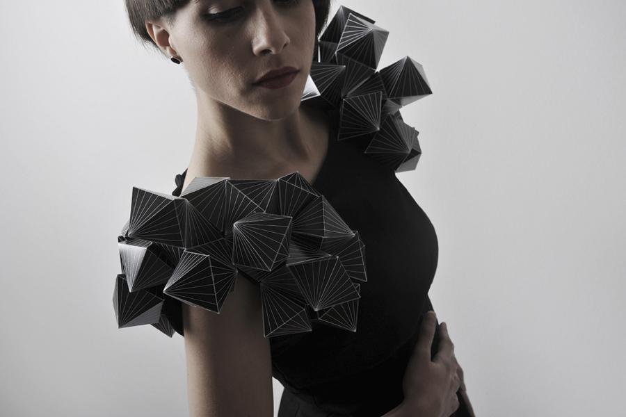 vestido poligonal negro
