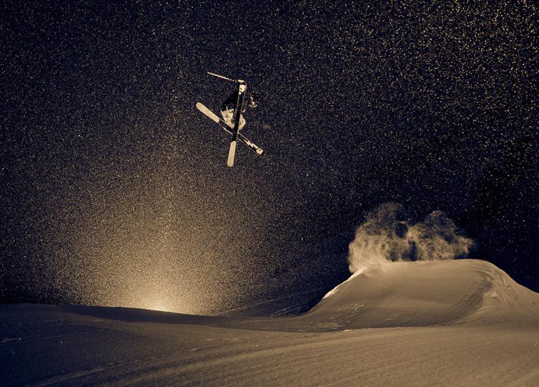 big jump en la noche con skis