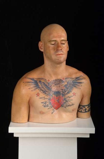 Escultura de hombre tatuado