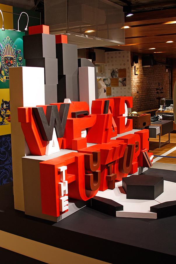 escultura de letras geometricas
