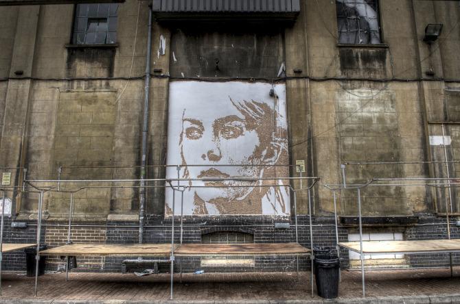 Mural de chica hecho por Alexandre Farto aka Vhils