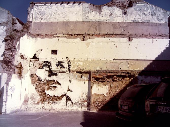 chico esculpido en la pared como arte callejero