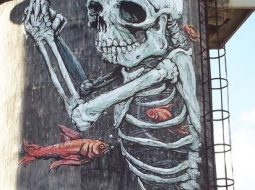 Grafitti de erica il cane de un esqueleto
