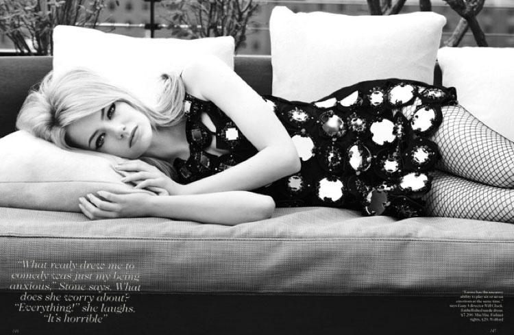 Fotografía en blanco y negro de chica tumbada