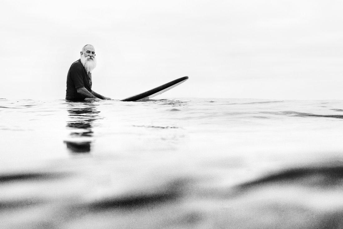 Surfista esperando la ola