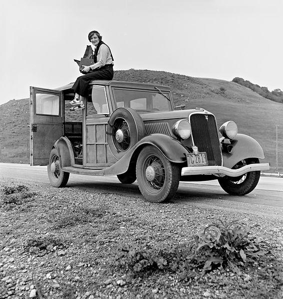 Dorothea Lange posando encima de un coche