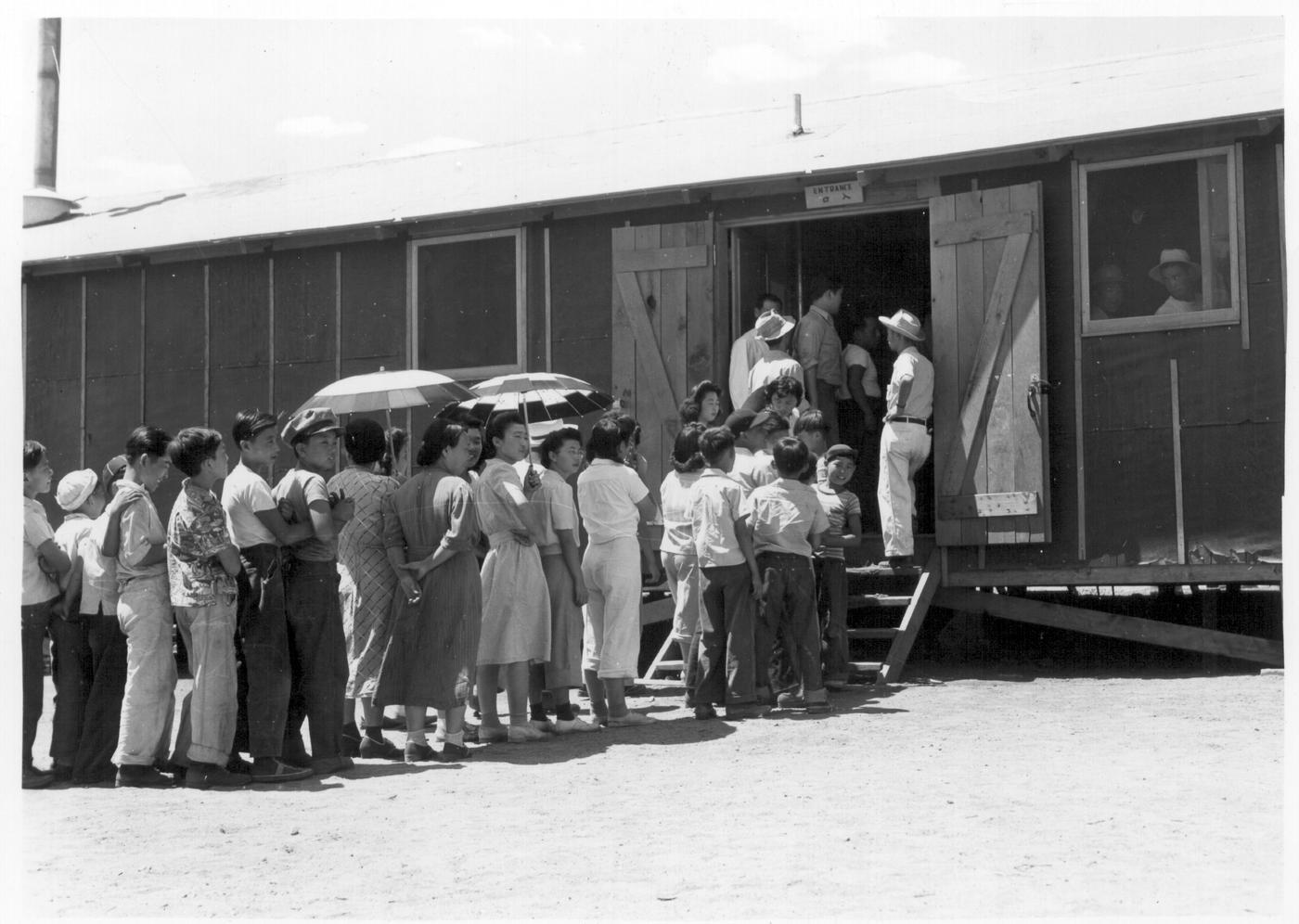 Grupo de inmigrantes entrando a un tren de Dorothea Lange