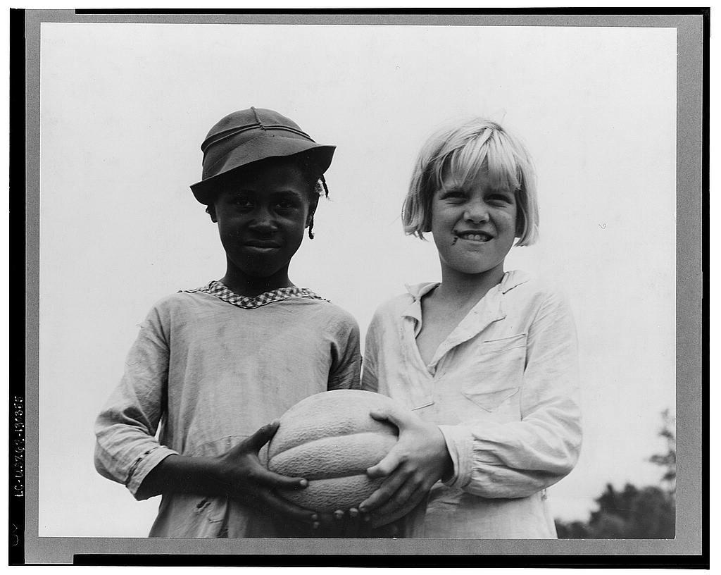 Fotografía de Niños llevando comida de DorotheaLange