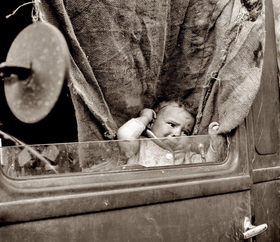 Fotografía de niño llorando dentro de un coche hecha por Dorothea Lange