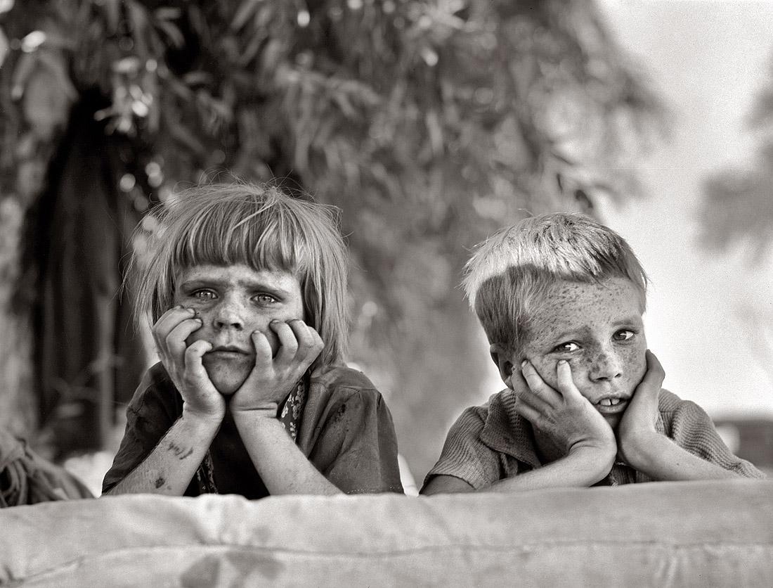 Primer plano de niños pecosos fotografiados por Dorothea Lange