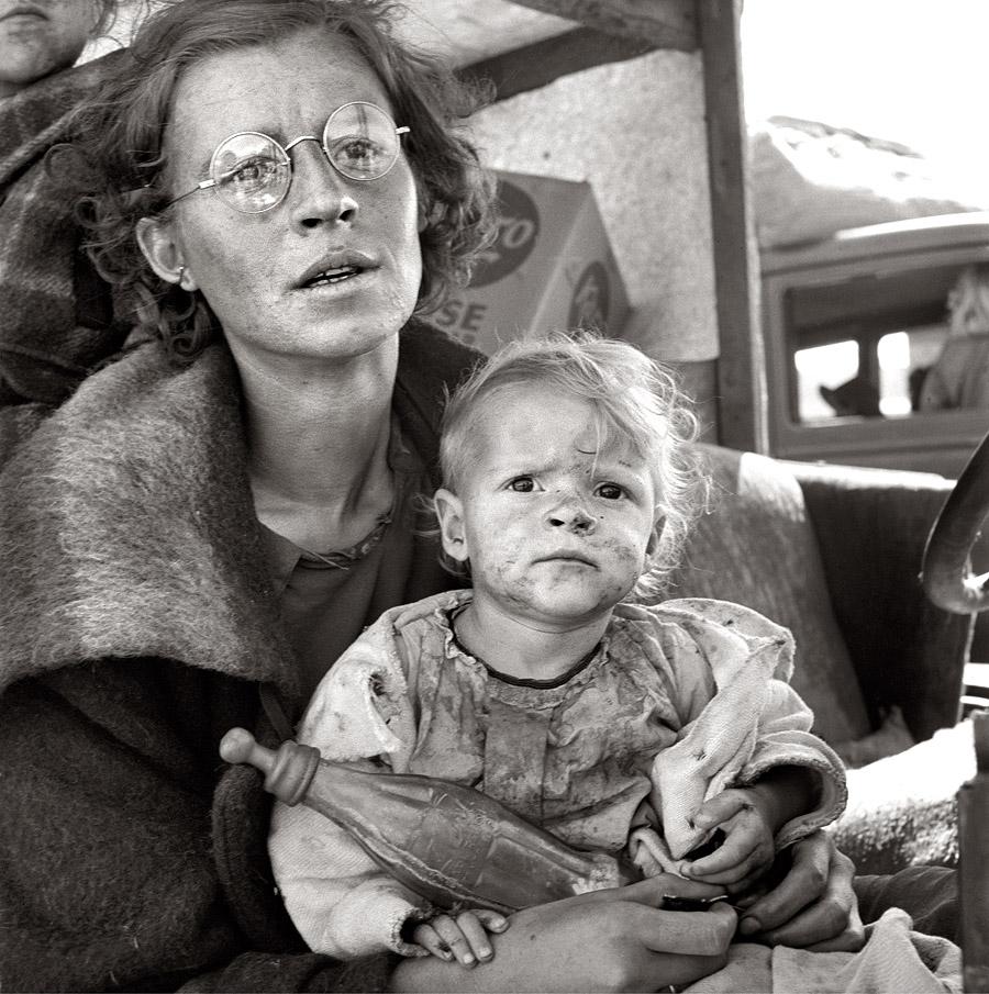 Fotografía de madre con su hija sucia heche por Dorothea Lange