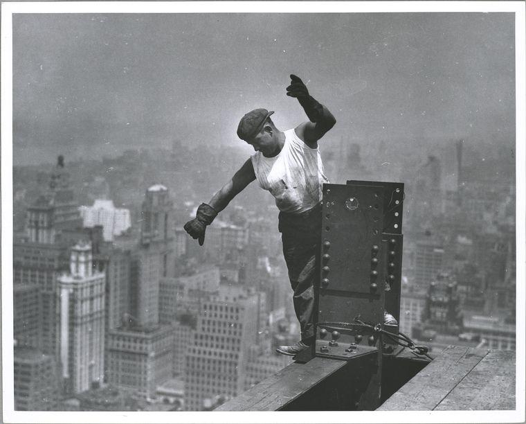 Obrero soldando en la construccion del empire state en nueva york