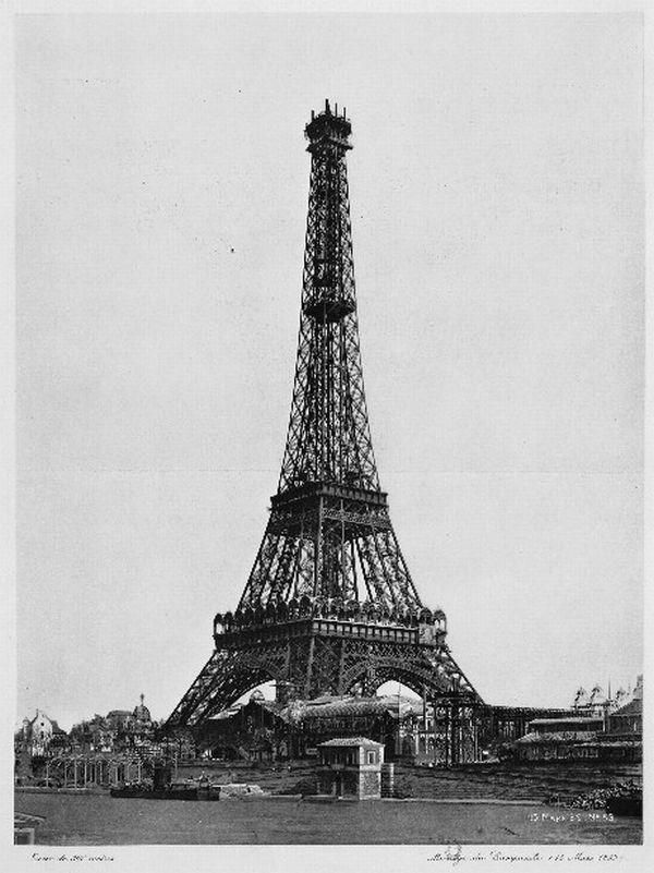 Vista completa de la torre eiffel en su construcción