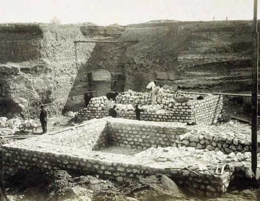 Obreros trabajando en los cimientos de la torre eiffel