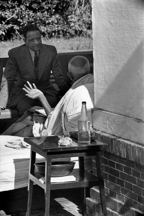 Fotografía de Gandhi antes de ser asesinado hecha por HENRI CARTIER-BRESSON
