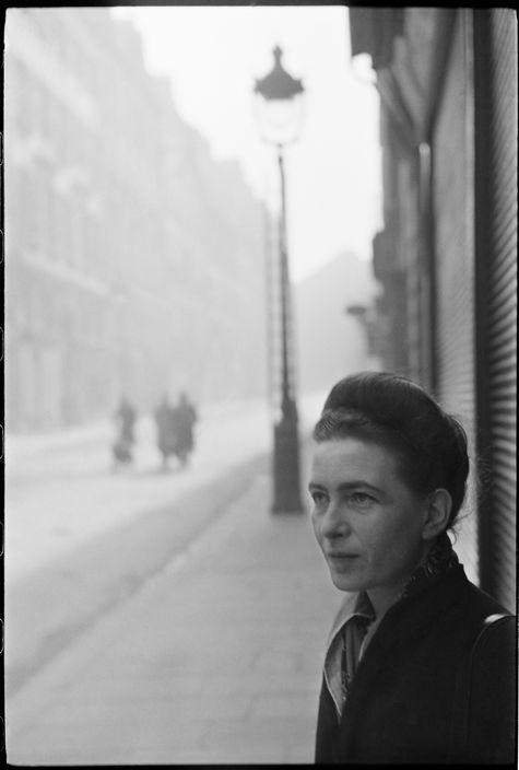Fotografía de Simone de BEAUVOIR realizada por HENRI CARTIER-BRESSON