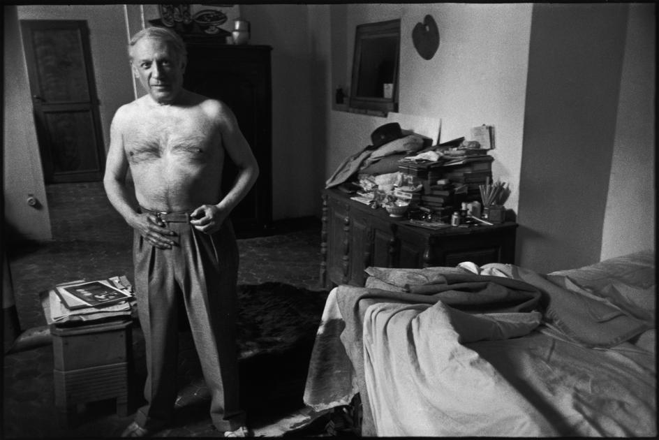Pablo PICASSO fotografiado por HENRI CARTIER-BRESSON en su casa en el año 1944