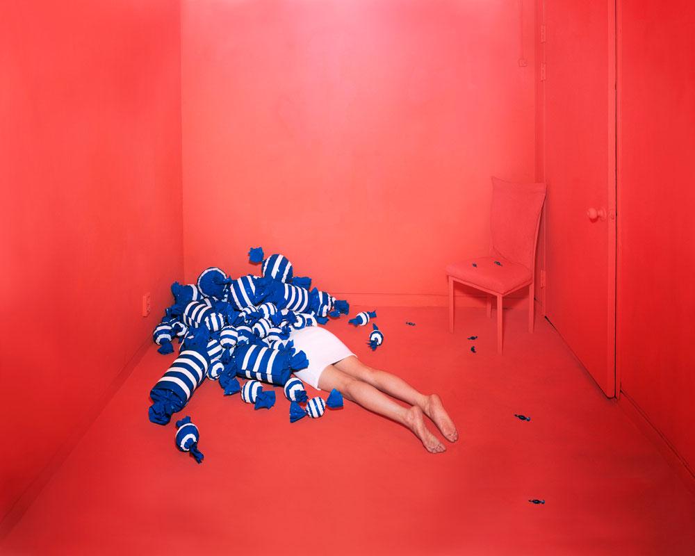 mujer en una habitacion roja