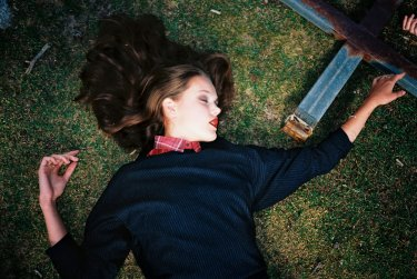 chica en el cesped fotografia de javier castan
