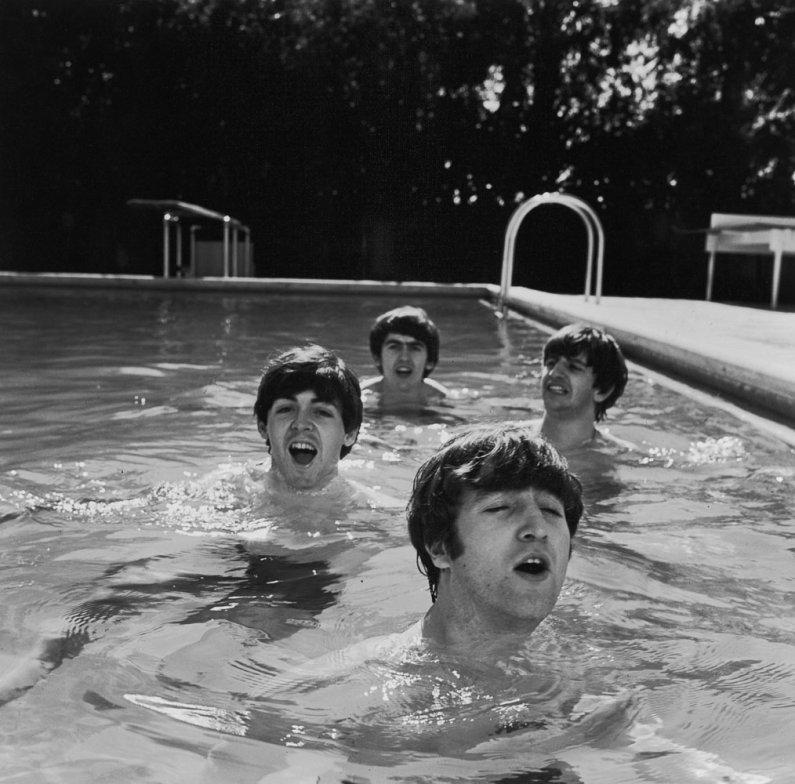 Los beatles en una piscina