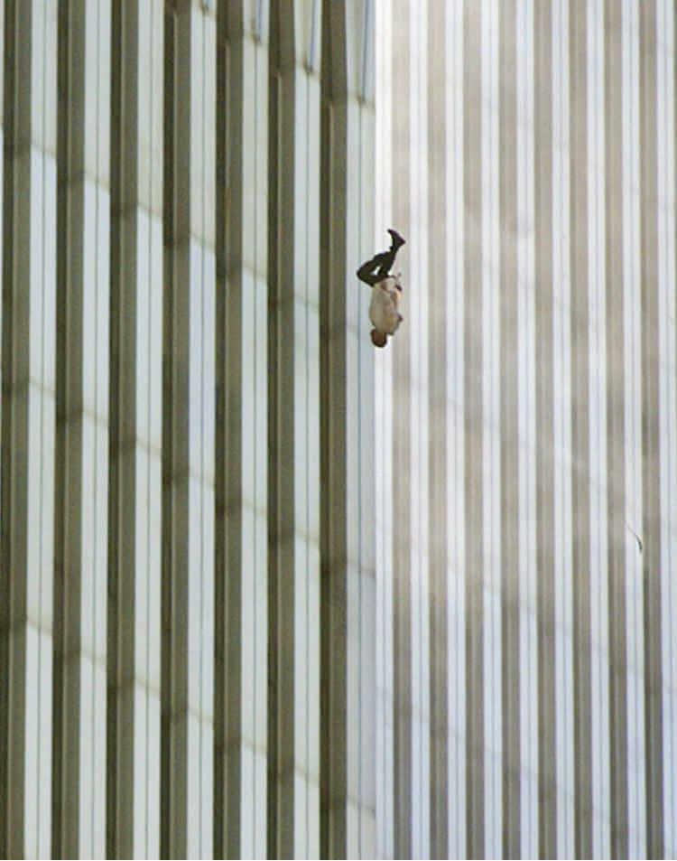 Caída de un hombre 11s en las torres gemelas