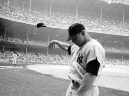 Mickey Mantle de los new york yankees lanzando la gorra
