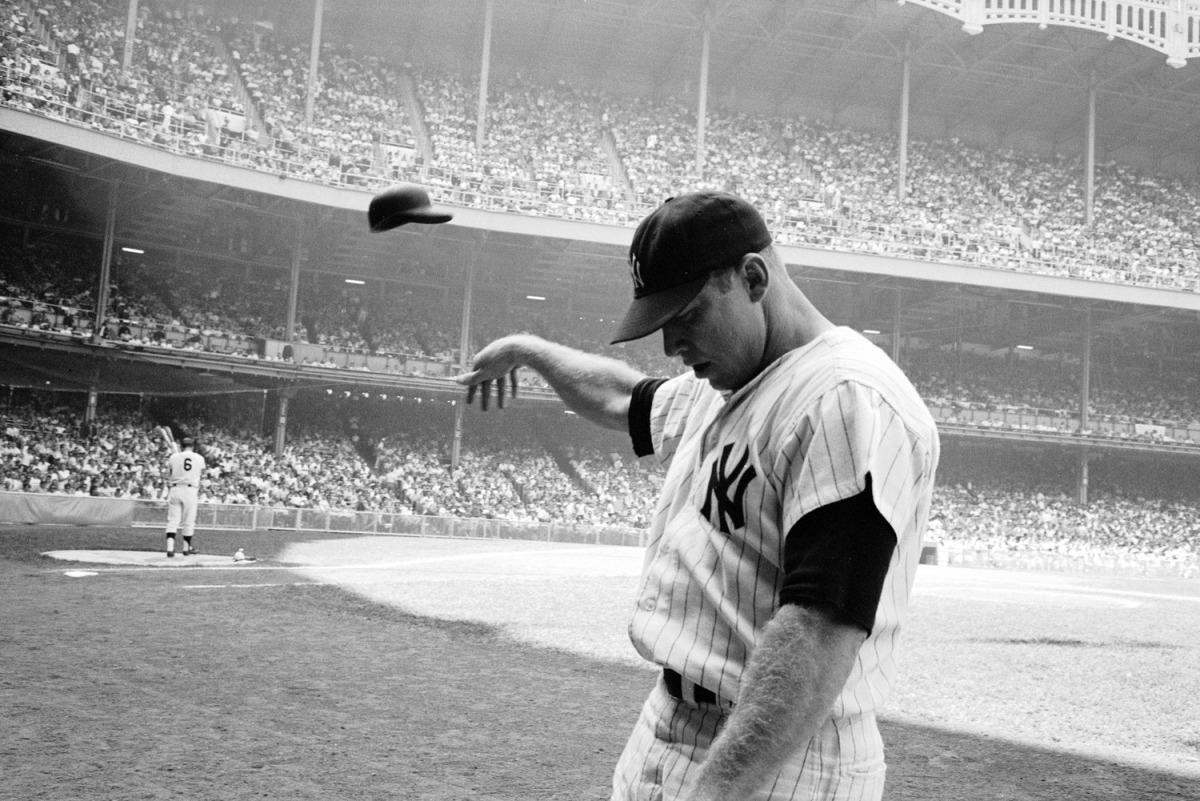 Mickey Mantle de los new york yankees lanzando la gorra