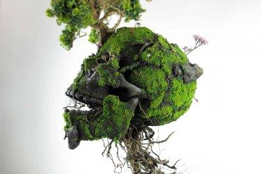 escultura de un craneo con detalles florales