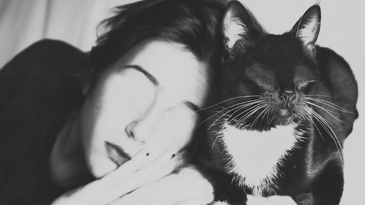 Mujer con gato en blanco y negro por silvia grav