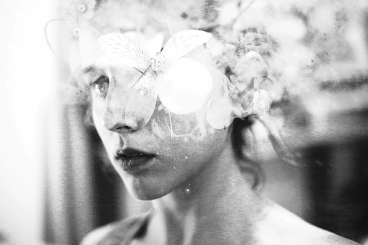 Mujer con humo fotografiada por silvia grav