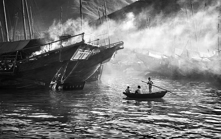 Fotografía en blanco y negro de la bahia de hong kong en el año 1956