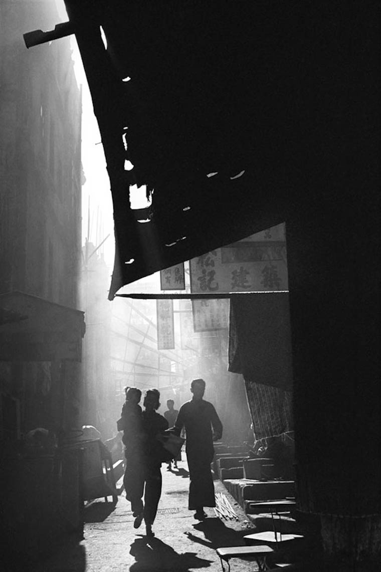 Fotografía en blanco y negro de calle de hong kong en el año 1960