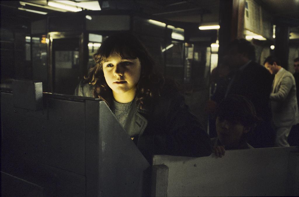 Chica sacando ticket de metro de londres