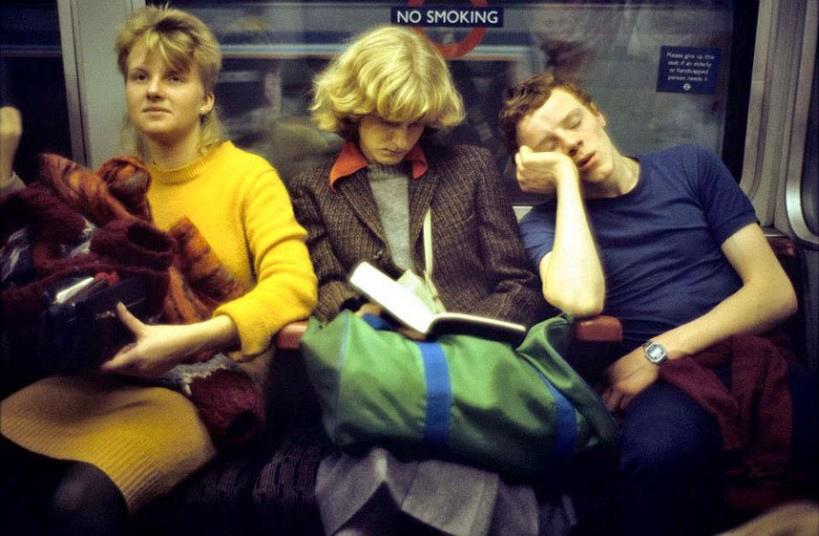 Chicos sentados dentro del metro en Londres