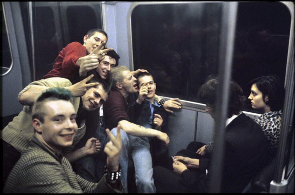 chicos en el interior de un vagon del metro de londres