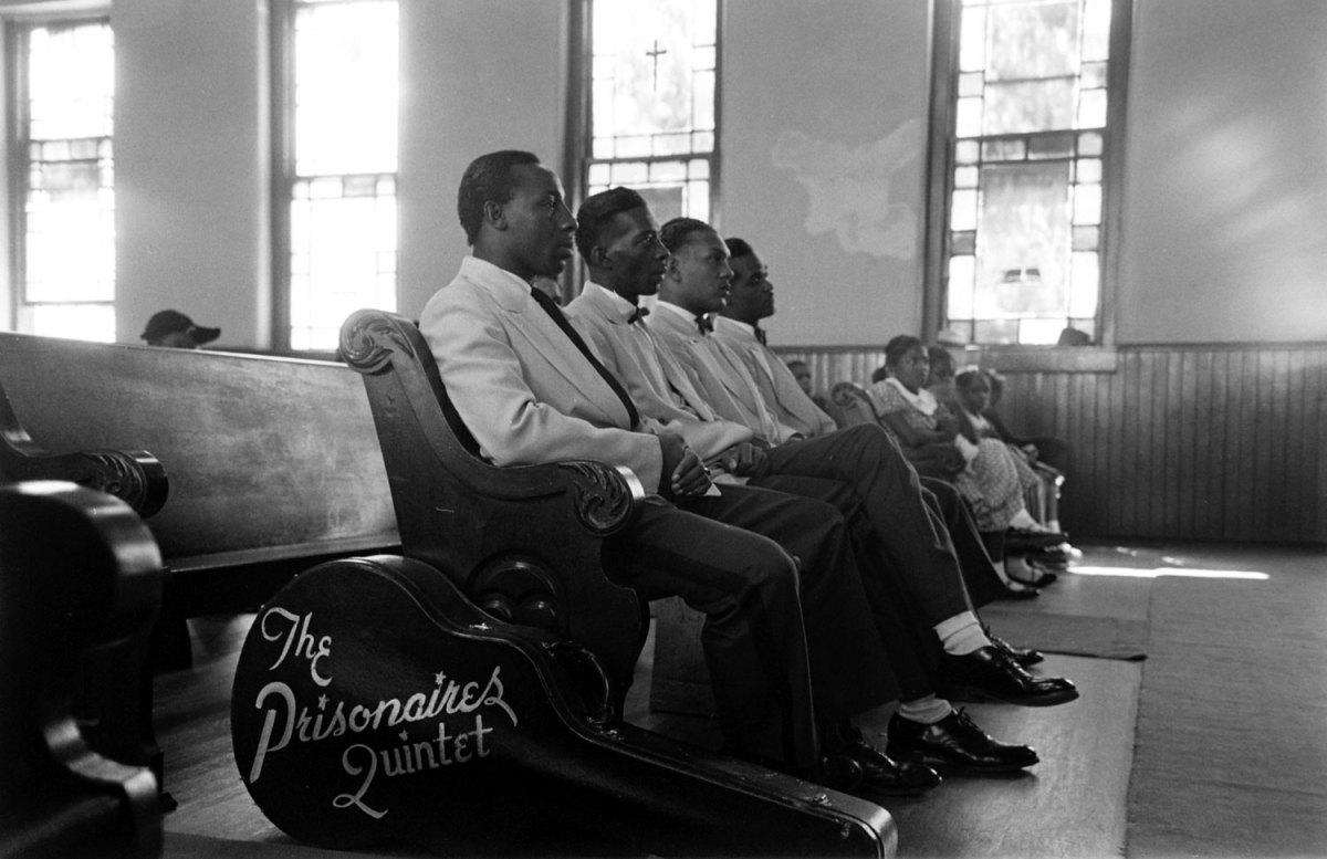 The prisionaires sentados en la carcel