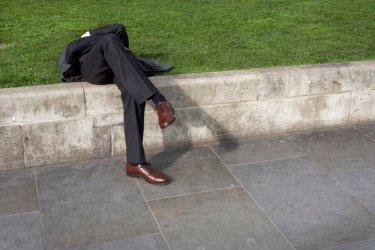 fotografía de hombre sentado en un banco de nick turpin