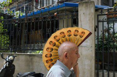 hombre con abanico en la cabeza fotografia de liu tao
