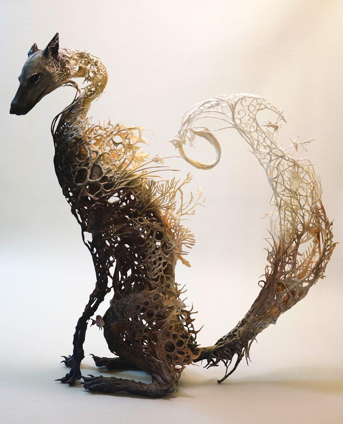 escultura de un zorro hecha con plantas por Ellen Jewett
