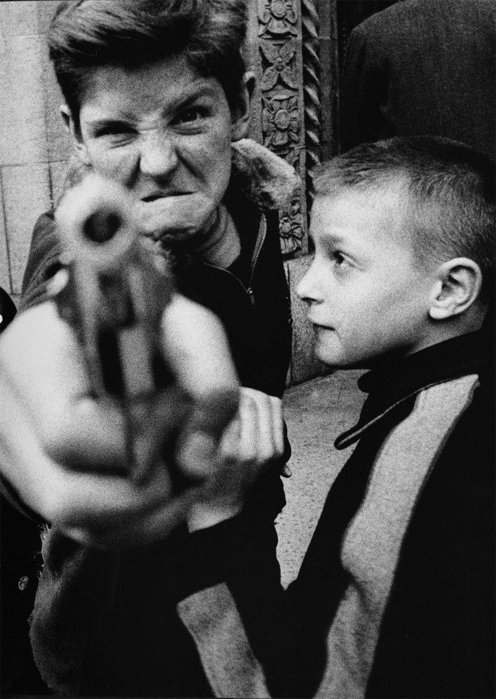 Fotografía de Chicos con pistola en las calles de new york por William Klein