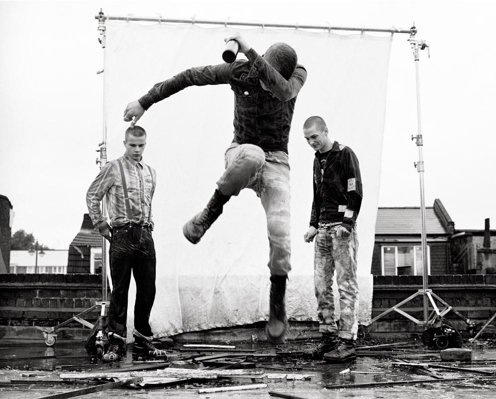 fotografía de banda de punks en la calle de alan clarke